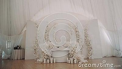 Hal-dekor med vit bord som är dekorerat med blommor