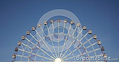 Half vreugdewiel en blauwe hemel