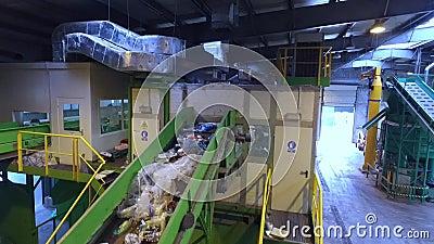 Hall de rebut de ségrégation, déchets sur la bande, vue aérienne banque de vidéos
