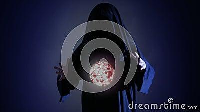 Halloween Strega o stregone potente con il bolide in mani Palla dalle ustioni del fuoco video d archivio