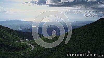 Halna wijąca droga z pięknym niebem zbiory wideo