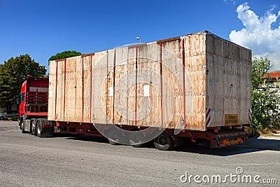 Halv lastbil på vägen