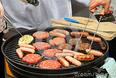 Hamburger e salsiccie sul barbecue