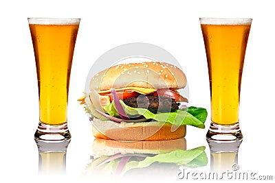 Hamburger mit zwei Bieren
