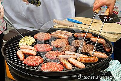 Hamburgers et saucisses sur le barbecue