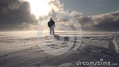 Han går mot Sun och lyser med tungt moln i bergen, fattig lager videofilmer