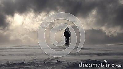 Han går mot Sun och lyser med tungt moln i bergen, fattig stock video