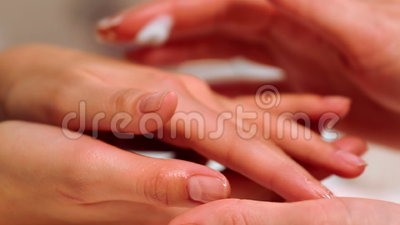 Hand care in the beauty salon massage the fingers and for 33 fingers salon