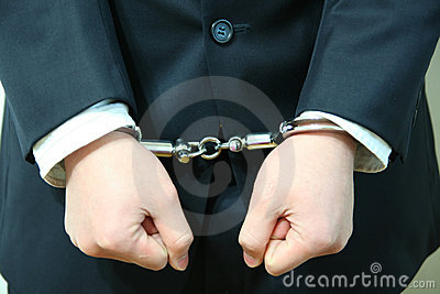 Hand des Geschäftsmannes in den Handschellen