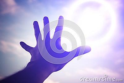 Hand die aan naar hemel bereiken.