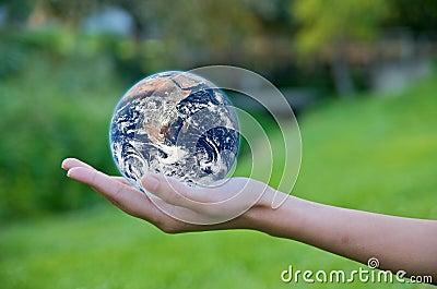 Hand die een bol houdt. Sparen het Milieu van de Aarde