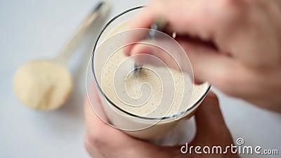 Hand die proteïne mengen smoothie stock video