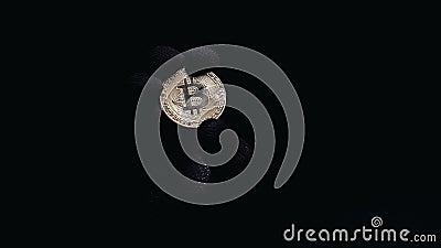 Hand im Handschuh, der bitcoin gegen dunklen Hintergrund, Schlüsselwährungsbetrug hält stock video footage