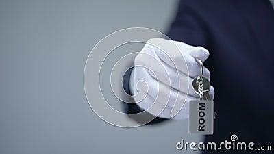 Hand im Handschuh, der keychain mit Raumwort, Luxusmietwohnungsservice zeigt stock footage