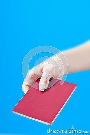 Hand met paspoort