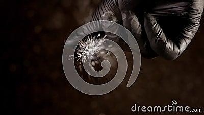 Hand in schwarzem Handschuh streut Salz in Zeitlupe ab stock video footage