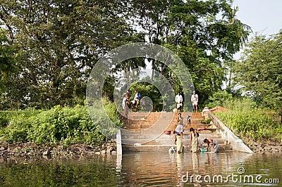 Hand-washing tradicional asiático em um lago Foto de Stock Editorial