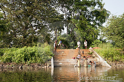 Hand-washing traditionnel asiatique dans un lac Photo stock éditorial