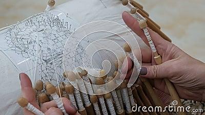 Hand Weaving Lace De ambachtsman spant een mooi patroon uit dunne zijden draden De eeuwenoude traditie van de ruimte stock footage