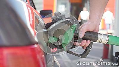 Handauffüllen des Autos mit Kraftstoff Ein Mann füllt ein Auto mit Gas oder Benzin an einer Tankstelle Handnähe stock video
