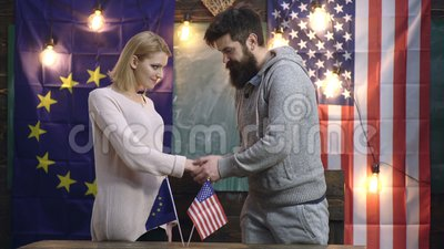 Handdruk van twee staten De vriendschap van de V.S. en van Europa Conceptuele overeenkomst tussen de V.S. en UE De handdruk van V stock footage