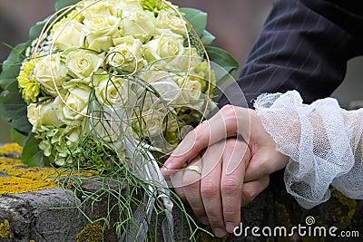 Handen op het echtpaar