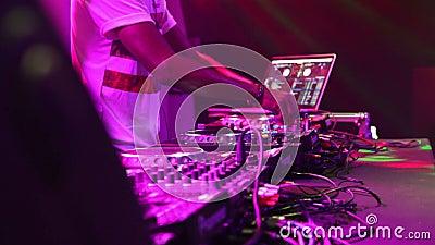 Handen van de Vrouwelijke Speelreeks die van DJ bij Partij in Nachtclub presteren stock footage