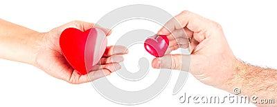 Handen van het paar met hartvormen