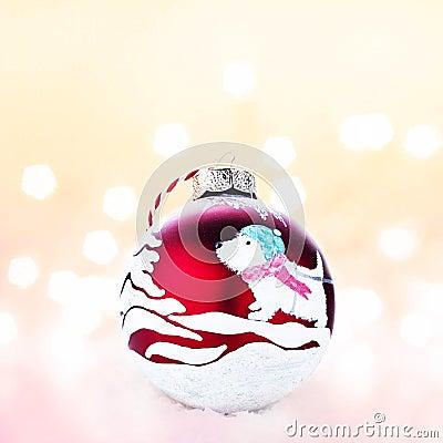 Handgjord röd boll för jul på en vit snö med abstrakta chris