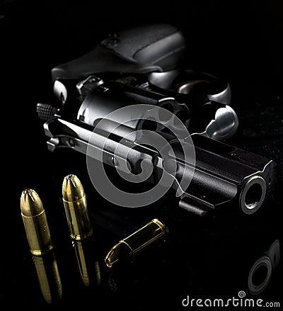 Free Handgun And Bullets Royalty Free Stock Image - 10668976