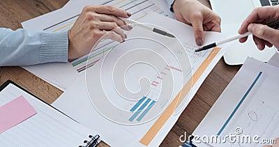 Handlare som analyserar dokument på kontoret arkivfilmer