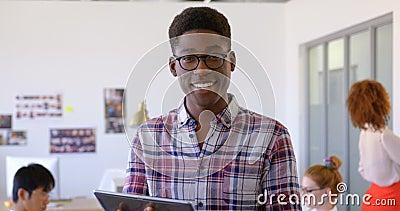 Handosme amerykanin afrykańskiego pochodzenia męski kierownictwo używa cyfrową pastylkę w nowożytnym biurze 4k zdjęcie wideo