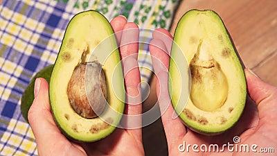 Hands open cut green avocado, förstenpersonsvy lager videofilmer