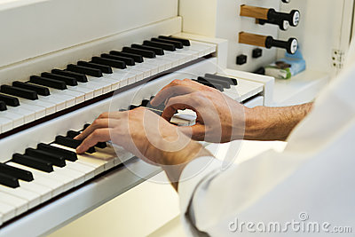 Hands on the piano at a concert