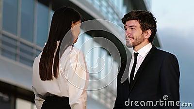 Handshake des gens d'affaires - hommes d'affaires serrant la main La poignée de main entre l'homme et la femme à l'extérieur par  banque de vidéos