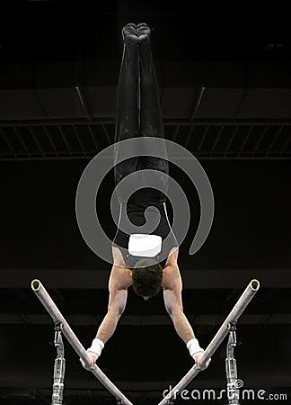 Handstand sur les bars parallèles