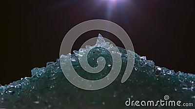 Handvol van gebroken glas op een zwarte achtergrond stock footage