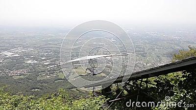 Hang Glider-start op Monte Grappa stock videobeelden