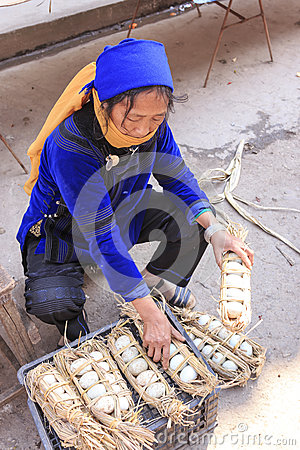 Free Hani Woman Selling Eggs In The Shengcun Local Market In YuanYang. Hani Are One Of The 56 Minorities In China And Are Native Of Yua Royalty Free Stock Images - 88321459