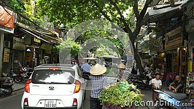 HANOI, VIETNAM - 28 GIUGNO 2017: un'iniezione di gimbal in seguito a una bicicletta che trasportava verdure ad hanoi, vietnam archivi video