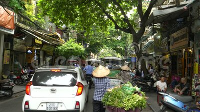 HANOI, VIETNAM - 28 JUNI, 2017: een gimbal shot na een fiets met groenten in hanoi , vietnam stock video