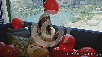 Happy Bride assise dans une chambre d'hôtel avec vue sur Las Vegas banque de vidéos