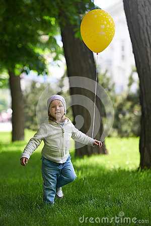 Free Happy Child Running With A Yellow Balloon Royalty Free Stock Photos - 84015898