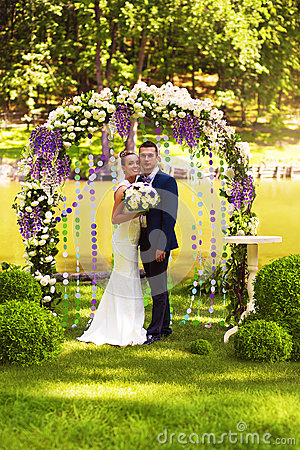 Free Happy Couple In Flower Arch Stock Photos - 50661323
