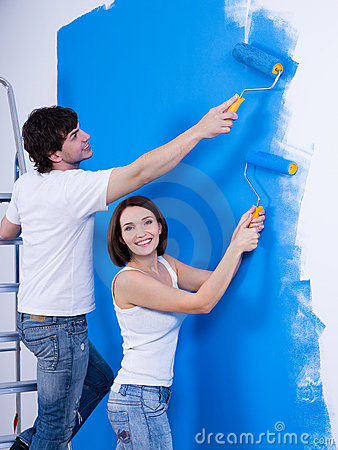 Free Happy Couple Painting The Wall Stock Photo - 13994060