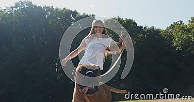 Happy, junges Weibchen, das fröhlich Leine mit Hund auf dem Rasen spielt Liebe und Freundschaft mit Haustieren stock video