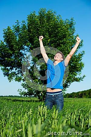 AVEZ-VOUS PENSÉ À REMERCIER DIEU POUR SES BONTÉS AUJOURD'HUI Happy-man-against-tree-and-blue-sky-thumb20576543