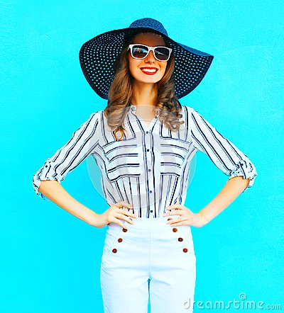 Free Happy Woman Wearing A White Pants And Straw Summer Hat Stock Photography - 117726392
