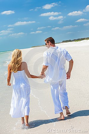 Free Happy Young Couple Running Holding Hands On A Tropical Beach Royalty Free Stock Image - 117307336