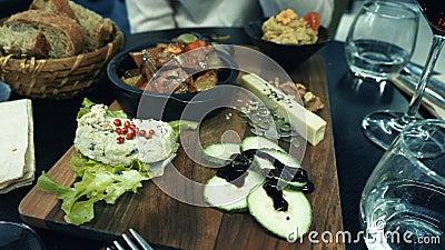 haring Nahrungsmittelabendessen im organischen Biorestaurant des strengen Vegetariers, das Humus isst stock footage